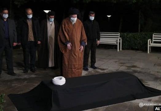 اقامه نماز رهبر انقلاب بر پیکر آیت الله مصباح یزدی + عکس