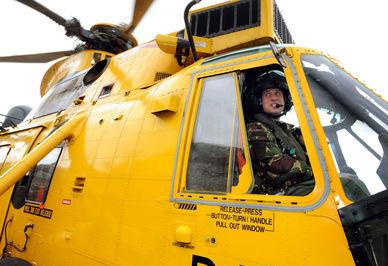 پرنس ویلیام شاهزاده بریتانیایی در حال هدایت یک هلیکوپتر جنگی