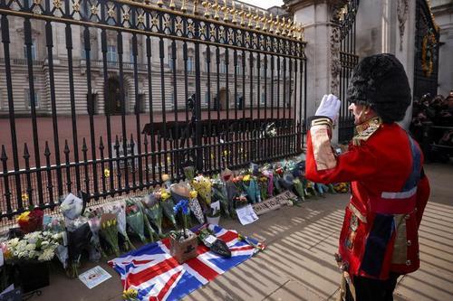 ادای احترام مردم بریتانیا به شاهزاده فیلیپ همسر ملکه بریتانیا پس از درگذشت او در سن صد سالگی در مقابل کاخ باکینگهام و قلعه وینسور/ رویترز