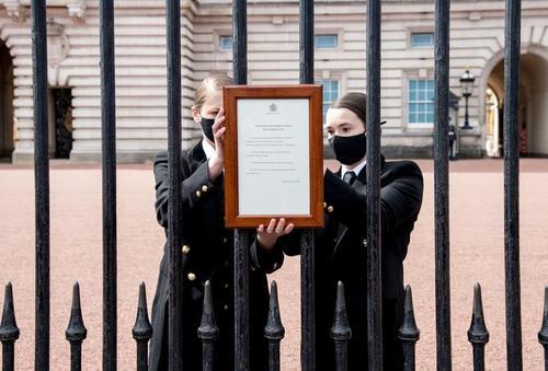 نصب اعلامیه رسمی درگذشت شاهزاده فیلیپ همسر ملکه بریتانیا روی نرده های کاخ باکینگهام/ رویترز
