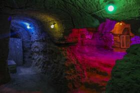 با انجام عملیات باستان شناسی مشخص شده است که شهری زیر زمینی (دست کنده) با تعدادی تونل و راه زیرزمینی در زیر «روستای تاریخی بیابانک» فعلی و در زیر خانهها وجود دارد که با همت اهالی روستا تعدادی از آنها شناسایی و مرمت شده است.