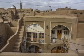 تعداد زیادی از خانههای قدیمی در «روستای تاریخی بیابانک» در سالهای اخیر و با همت اهالی روستا مرمت و بازسازی شدهاند و به عنوان اقامتگاه بومگردی استفاده میشوند.
