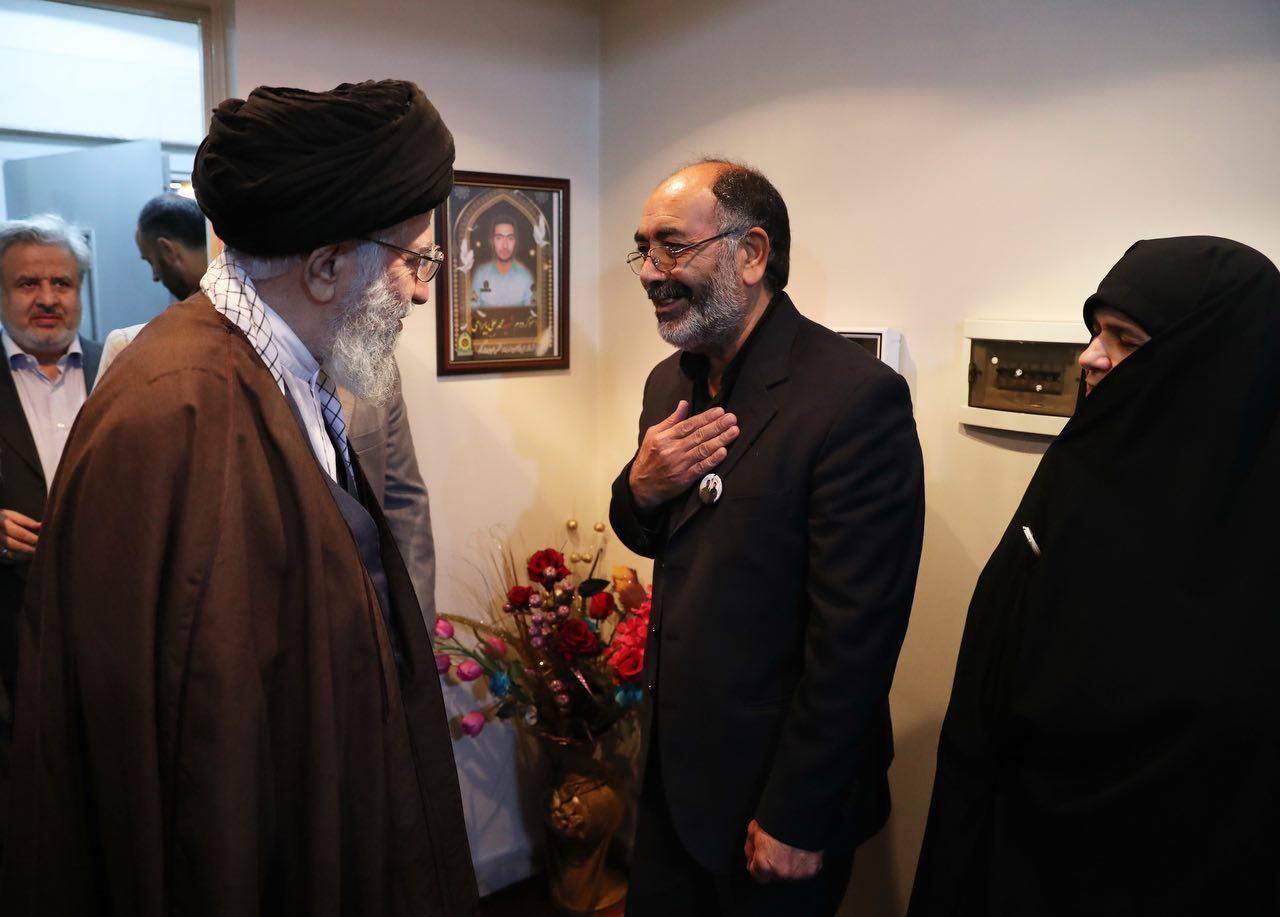 تصویری از ورود رهبرانقلاب به منزل شهید اغتشاشات خیابان پاسداران
