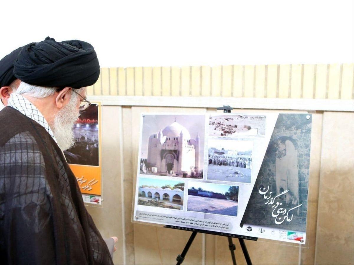رهبر انقلاب مقابل تصویر بارگاه امام حسن (ع) قبل از تخریب وهابی