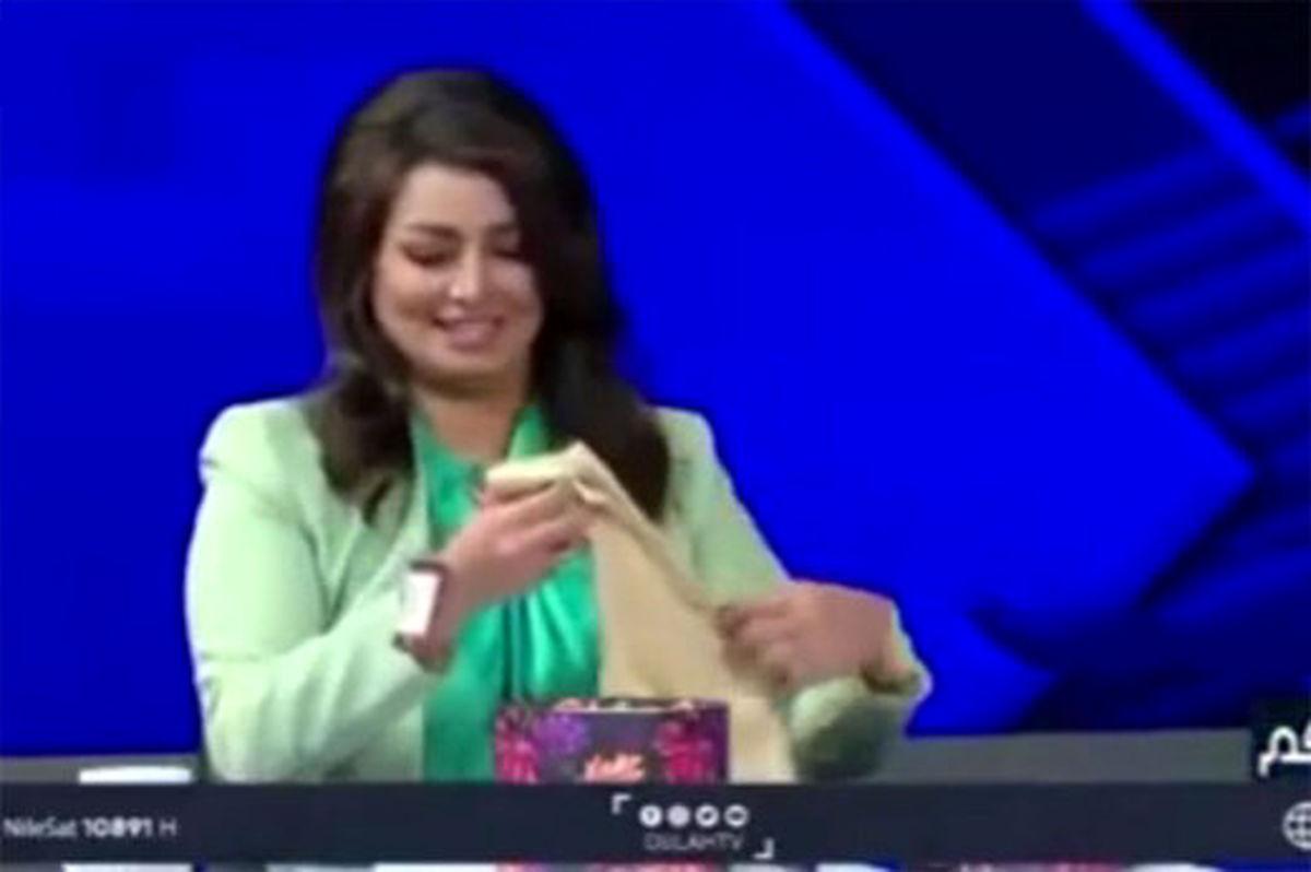 اهدای روسری به مجری برنامه از سوی فرمانده بسیج عراق