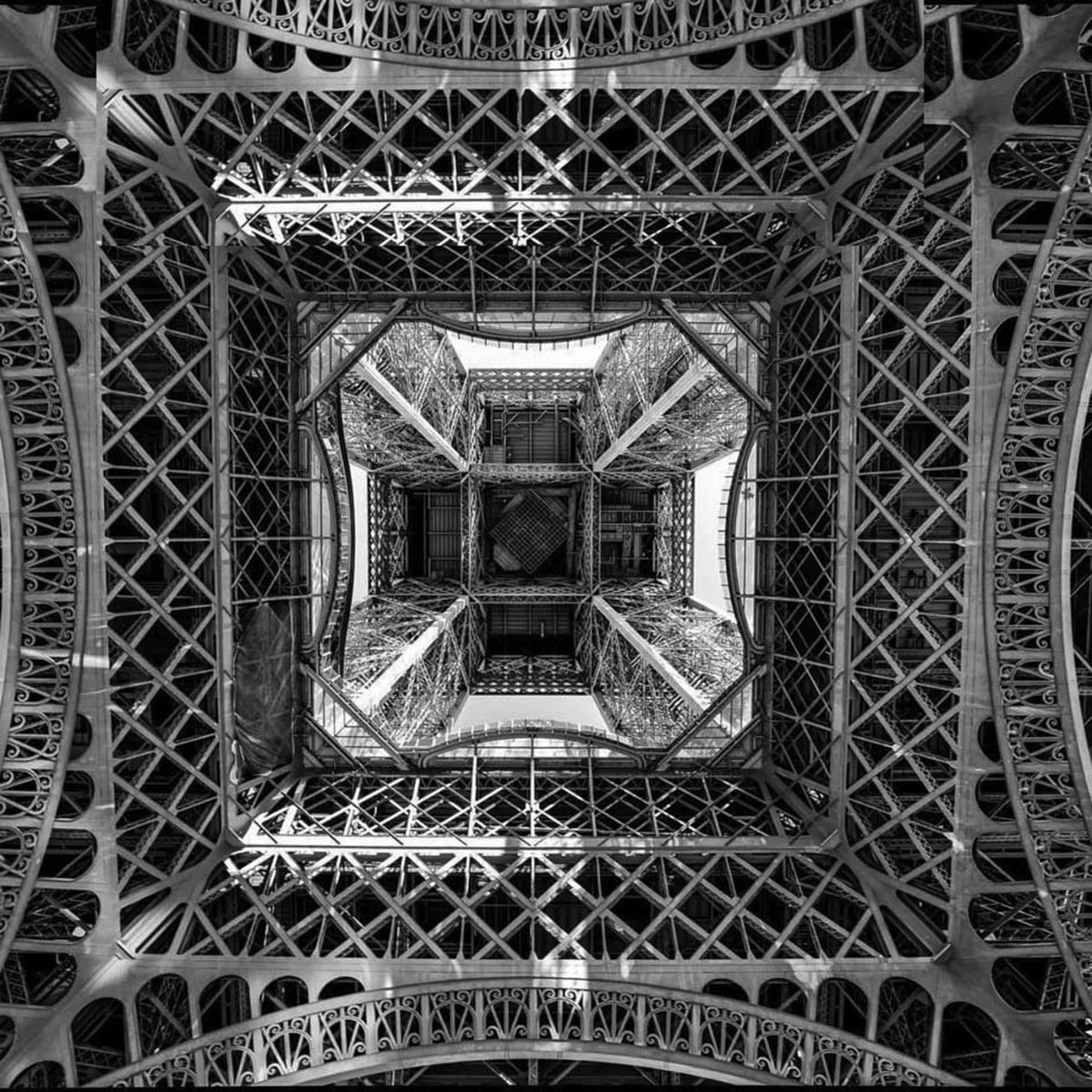 نمایی از زیر برج ایفل که هرگز ندیده اید
