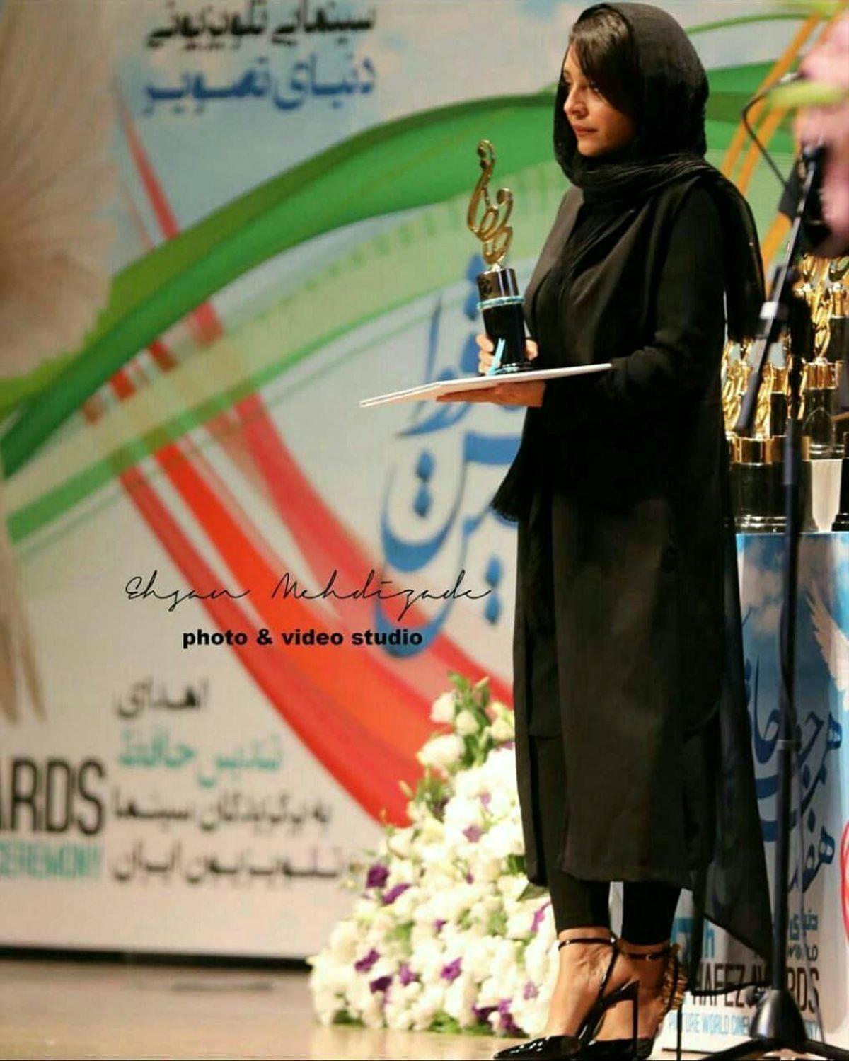 کفش های پاشنه بلند و عجیبِ ساره بیات + عکس