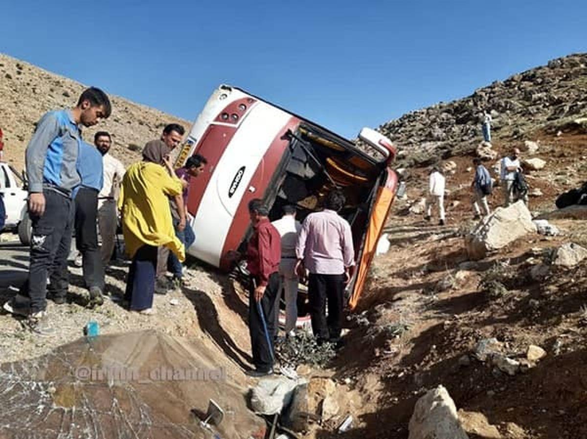 عکس اتوبوس واژگون شده حامل خبرنگاران