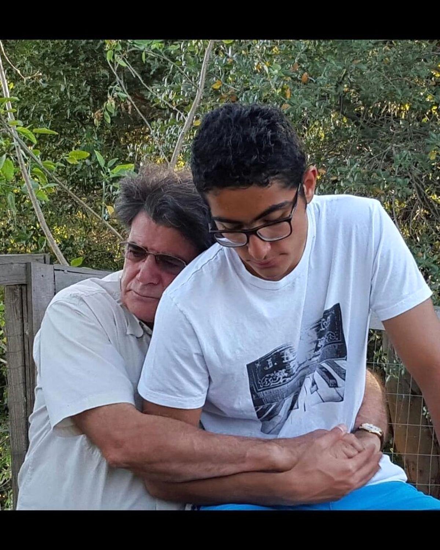 تصویری دیده نشده از استاد شجریان و در آغوش کشیدن پسرش