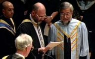 تصویر حسن روحانی در حال گرفتن مدرک در بریتانیا