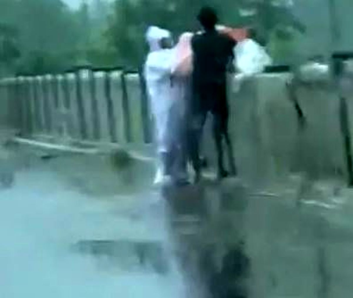 تصاویر تلخ از لحظه انداختن اجساد کرونایی به رودخانه