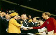 ملکه انگلیس در حال اهدای جام 1966 به کاپیتان تیم ملی انگلیس/عکس