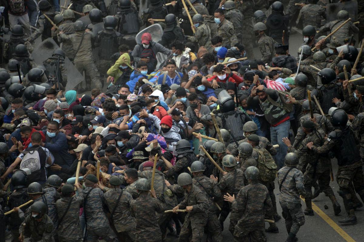 عکسی دیده نشده از درگیری مهاجران هندوراسی با نیروهای گوآتمالا