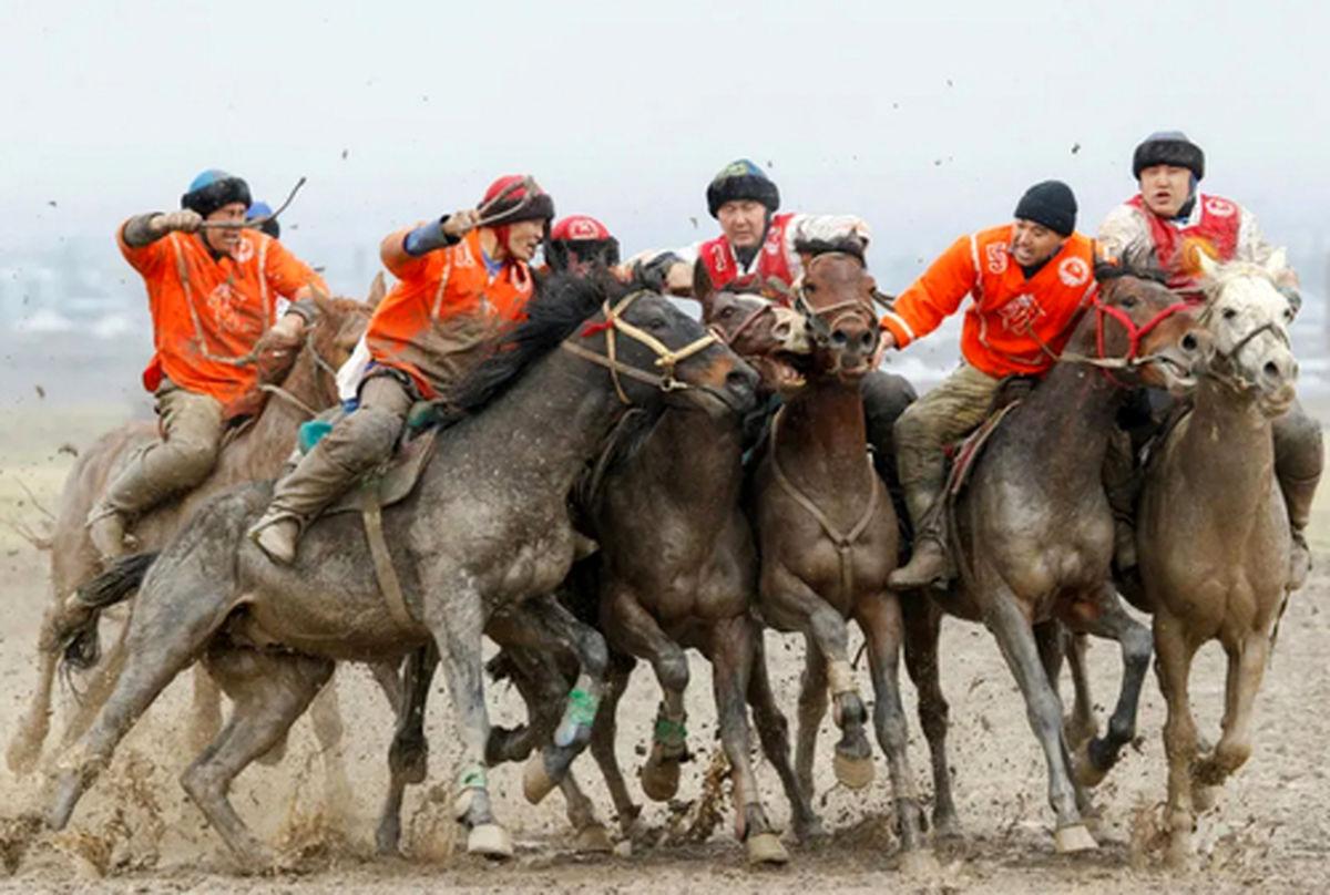 """عکسی بسیار زیبا از مسابقه سنتی""""کوک بورو"""" در روستایی در قرقیزستان"""