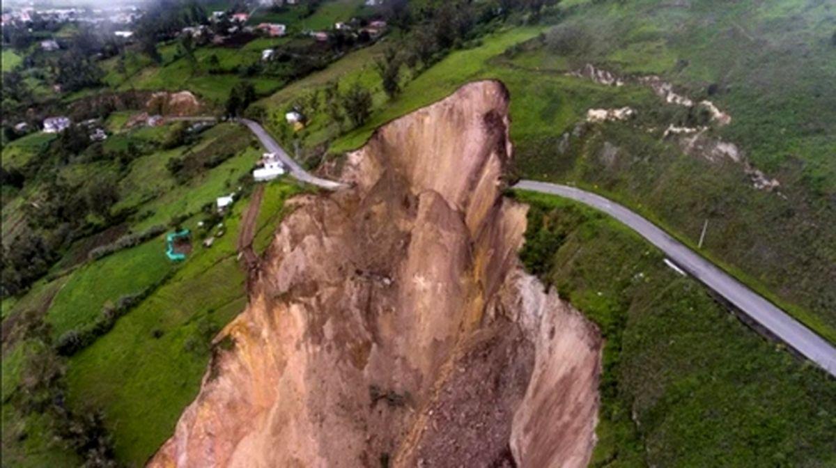 عکس حیرت انگیز / یک جاده روستایی در اکوادور در اثر رانش زمین مسدود شد