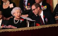 ملکه بریتانیا در کنار نوه اش /عکس