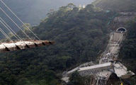 نجات معجزهآسای یک تریلی از ریزش پل
