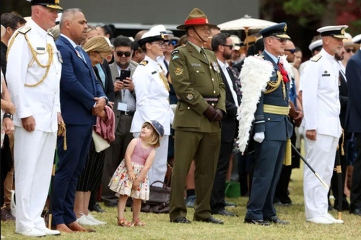"""عکسی از دختر """"جاسیندا آردرن"""" نخست وزیر نیوزیلند در یک مراسم ملی"""