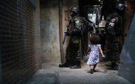 قدم زدن یک دختر در میان سربازان برزیلی/عکس