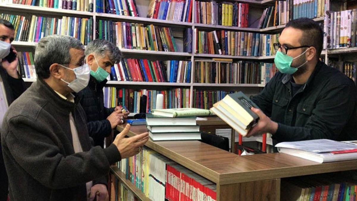 عکس دیده نشدهی احمدینژاد در کتابفروشیهای خیابان انقلاب