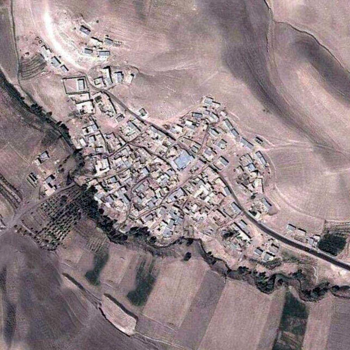 تصویر هوایی از یک روستا که مانند نقشه ایران است