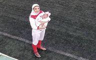 تصویر دیدنی از فوتبالیست زن به همراه نوزادش در زمین