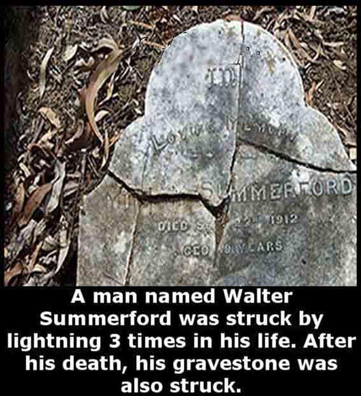 عکس یک سنگ قبر شکسته  و راز عجیب مرده مدفون در آن
