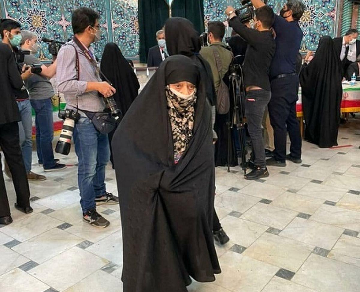 حضور بانوی ۸۲ ساله در نخستین ساعت انتخابات ۱۴۰۰ در حسینیه ارشاد