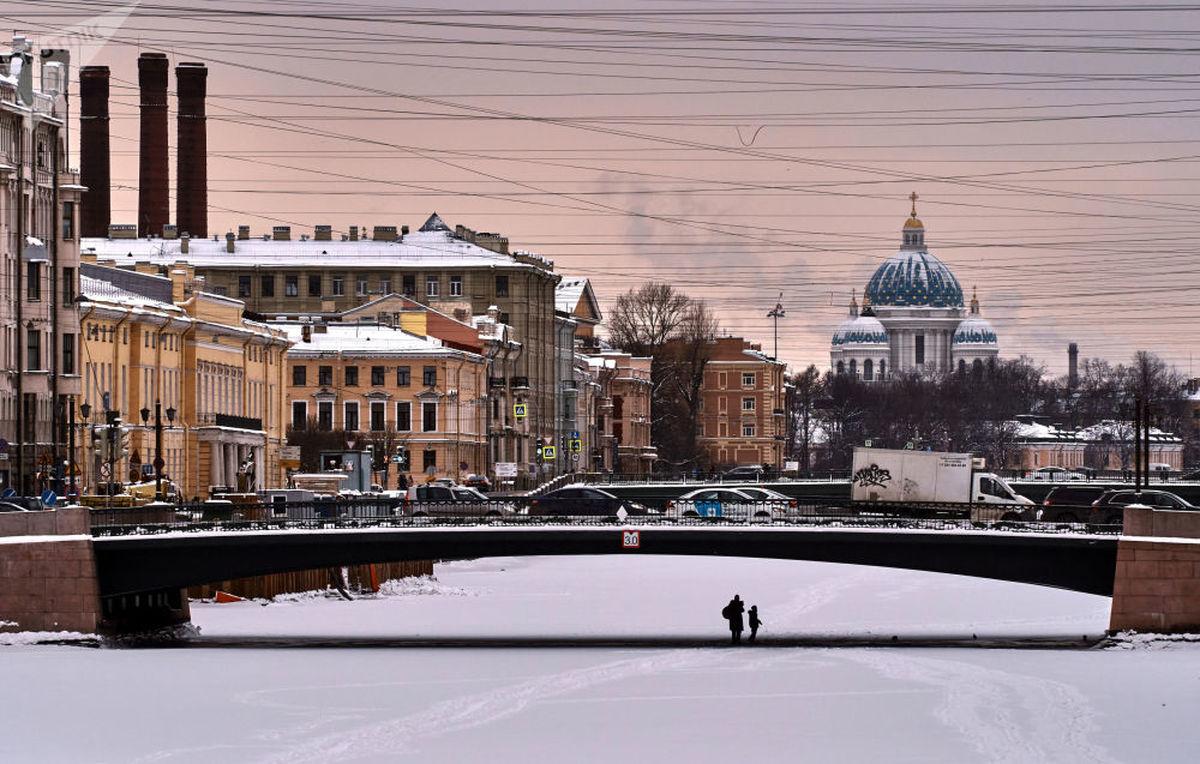 مردم روی رودخانه یخ زده در سنت پترزبورگ+عکس