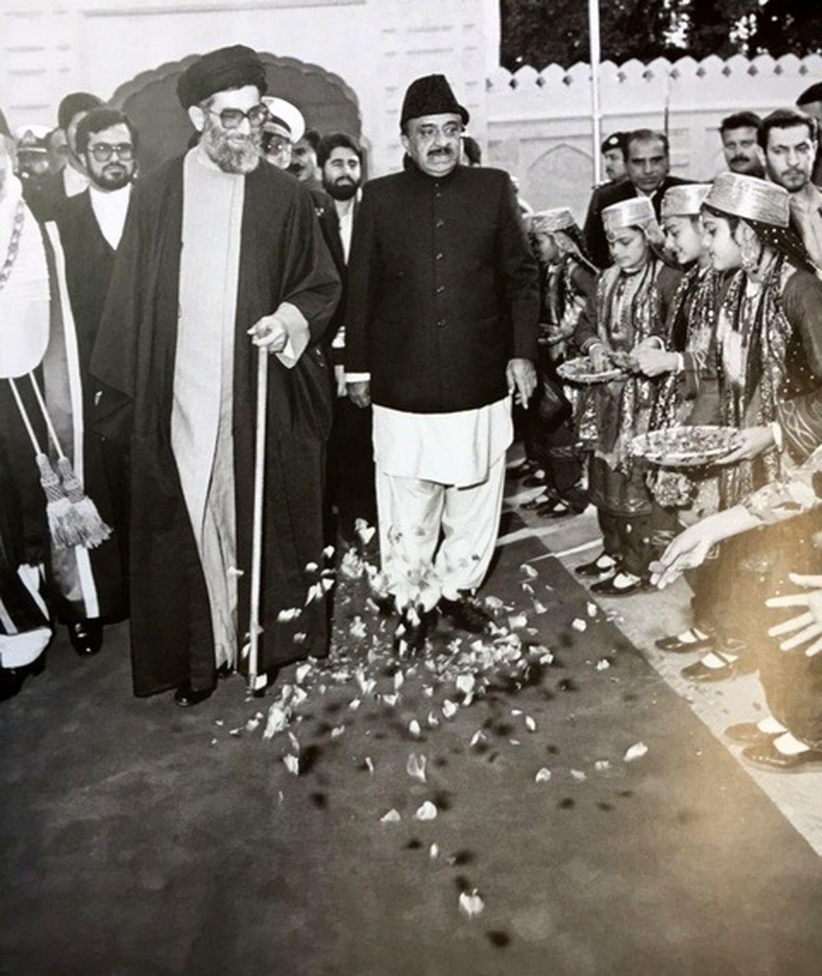 استقبال تاریخی مردم پاکستان از مقام معظم رهبری در دوران ریاست جمهوری/ عکس