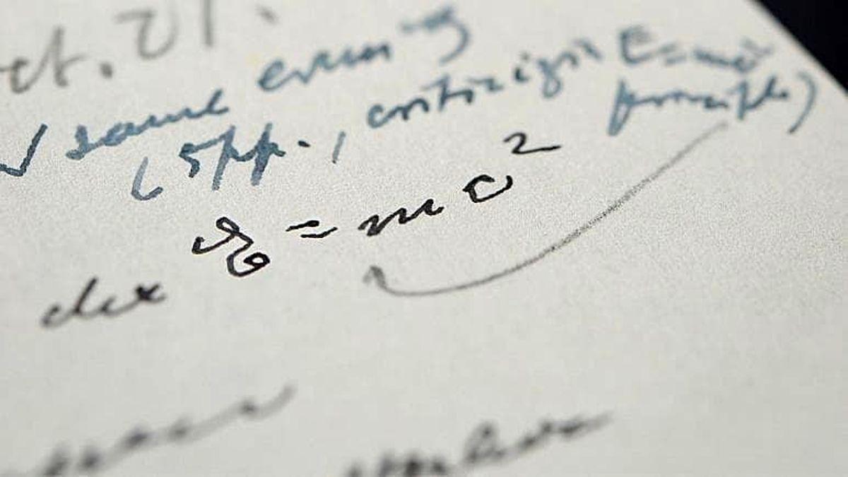 تصویر دیدنی از فرمول آلبرت اینیشتین به دست خط خودش