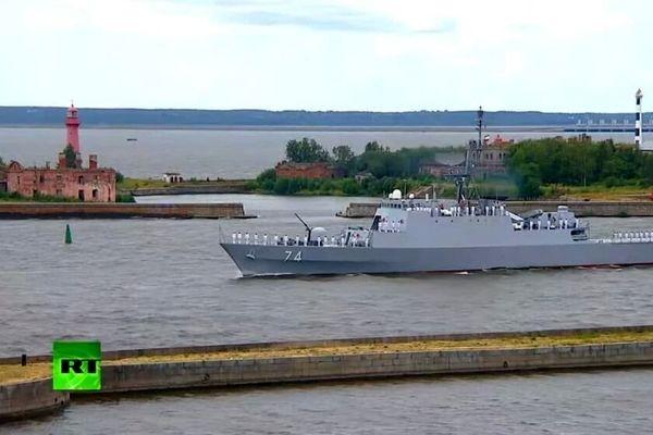 رژه دریایی روسیه مقابل پوتین و ناو ایرانی سهند