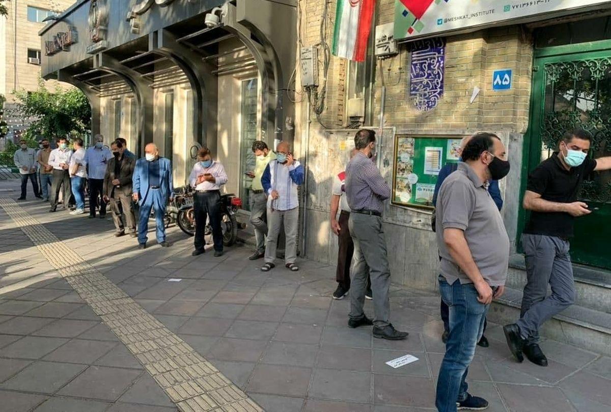 کارشکنی در انتخابات؛ اعتراض مردم در صف رأی و اخذ رایی که هنوز شروع نشده!