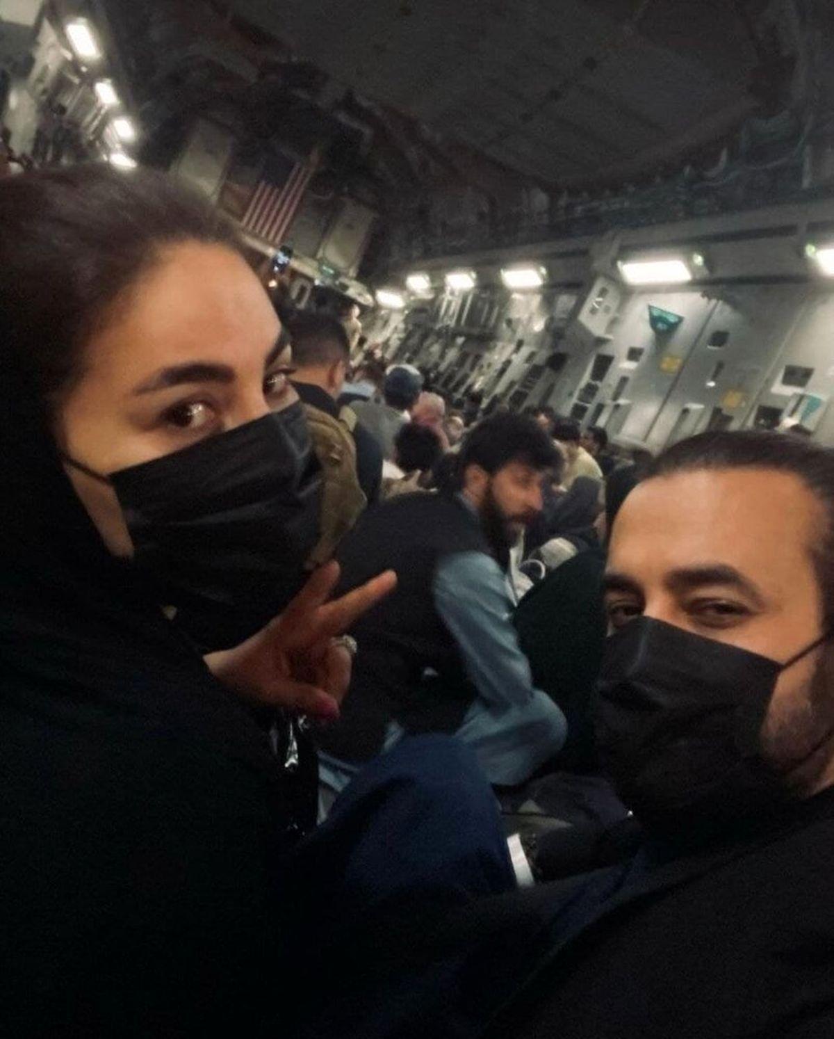 عکس فرار خواننده زن افغان در هواپیمای آمریکایی